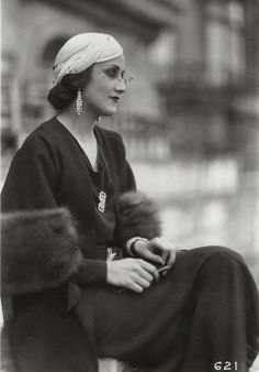 ~Jeune femme portant un chapeau par Gyne, Longchamp, photo par les Frères Seeberger And I have to interpret this just cause I'm so excited that I could use my french. Young woman wearing a hat by Gyne Longchamps photo by the Seeberger Brothers 1930s Fashion, Art Deco Fashion, Timeless Fashion, Retro Fashion, Vintage Fashion, Modern Fashion, 1920s Glamour, Vintage Glamour, Vintage Beauty