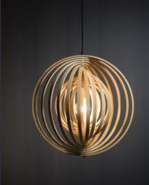 Hanglamp Woody- Boer Staphorst  | #lamp #verlichting #groot #sfeer #hout Bekijk meer op www.boer-staphorst.nl/verlichting