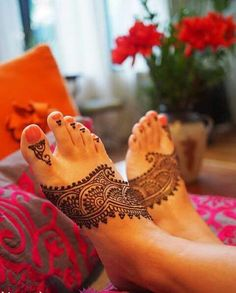 Currently what I have in my assemblage is a beautiful post of Mehndi designs for all the stylish and sophisticated girls out there. Mehndi is applied by women of all ages and it looks al… Mehndi Tattoo, Henna Tattoos, Mehndi Art, Henna Art, Tattoo Art, Mehndi Designs, Legs Mehndi Design, Mehndi Patterns, Henna Tattoo Designs