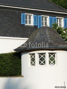 Weißer Pavillon im Garten einer denkmalgeschützten Villa in Oerlinghausen bei Bielefeld im Teutoburger Wald
