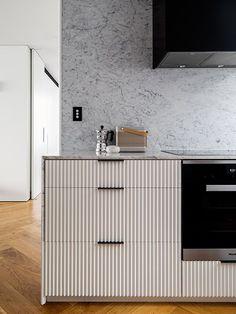 kitchen modern cabinetry marble backsplash i Home Design, Design Café, Design Ideas, Contemporary Interior Design, Interior Design Living Room, Building Kitchen Cabinets, Classic Kitchen, Kitchen Modern, Cocinas Kitchen