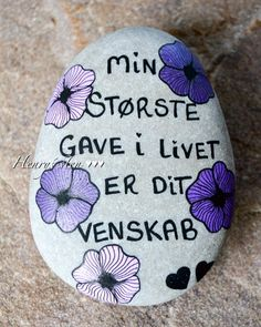 Sten Pebble Painting, Stone Painting, Painted Rocks, Hand Painted, Diy Gifts For Friends, Posca, Stone Art, Hygge, Diy And Crafts
