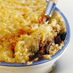 Rincer abondamment le quinoa. Éplucher, laver et émincer les oignons. Laver, retirer le pédoncule et tailler les tomates en petits dés. Éplucher, dégermer, laver et écraser l'ail. Laver, effeuiller et hacher les herbes. Verser 30 cl d'eau froide dans une casserole, saler. Ajouter le quinoa. Porter à ébullition, couvrir et cuire 12 minutes (sa cuisson est bonne lorsque la graine devient translucide). Égoutter. Pendant ce temps, faire revenir les oignons émincés dans 30 g de beurre, ajouter...