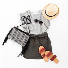 Comment s'habiller en vacances ? Idée de look casual avec une jupe >> http://www.taaora.fr/blog/post/idee-tenue-vacances-ete-jupe-courte-t-shirt-sandales-plates-deux-brides-confortables #outfit