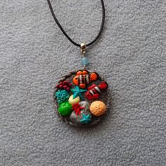 Collier fantaisie pendentif fond marin et poissons clowns
