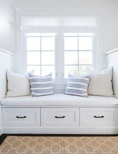 bright white window seat // Tour a Home Where Nantucket Charm Meets a Los Angeles Zip Code Home Decor Bedroom, Living Room Decor, Seaside Bedroom, Dining Room, Coastal Bedrooms, Nantucket Home, Nantucket Decor, Nantucket Style Homes, Seaside Home Decor