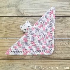 Toppers Security Blanket Crochet Pattern - The Lavender Chair This Topper Security Blanket is made using the DMC Toppers Yarn! It is oh so cute and so quick and easy to make. Makes the perfect baby shower gift! Crochet Car, Crochet Lovey, Crochet Baby Hat Patterns, Crochet Baby Hats, Baby Blanket Crochet, Bear Blanket, Snuggle Blanket, Crochet Blankets, Baby Blankets