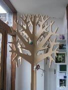 L'arbre géant du designer belge Thierry Bataille affiche un design stylisé sobre et poétique. Cet objet de décoration hors norme intrigue et ne laisse pas indifférent. Il est proposé brut, en MDF (sans formaldéide) non traité.