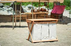おしゃれでナチュラル系アイテムとの相性もバッチリな、インテリア風の木製折り畳み式ゴミ箱の作り方をご紹介しています。キャンプサイトの美観を損ねていたゴミ置場が、自慢のお気に入りスペースに。折り畳み式なので、持ち運びも容易です。