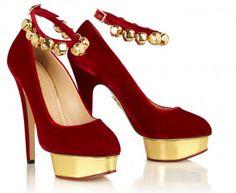 Charlotte Olympia è la designer londinese che con la sua collezione di scarpe meglio incarna il glamour delle dive del passato.