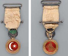 Ordre du Croissant Organisée et hiérarchisée par le sultan Sélim III en 1801, cette distinction était réservée aux militaires et diplomates étrangers | par OTTOMAN IMPERIAL ARCHIVES