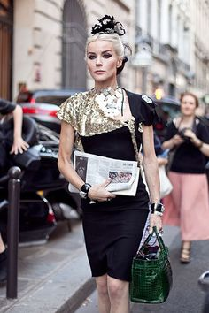 Daphne Guinness is the queen of fashion! This girl wears couture every day, she's a walking installation, and i think she's fab! Daphne Guinness, Street Chic, Street Style, Eccentric Style, Haute Couture Fashion, Look Chic, Our Lady, Passion For Fashion, High Fashion