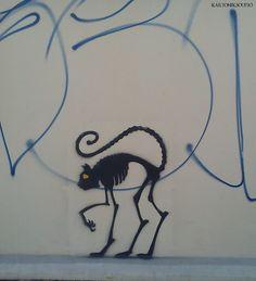 Un graffiti excelente, sobre unas rayas de un bobo. street art, Kraków (Cracow, Poland)