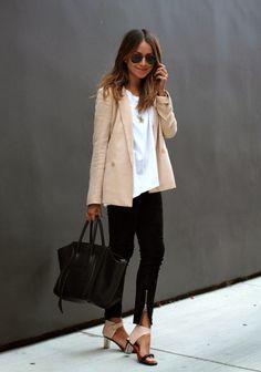 pantalon noir combiné avec un T-shirt blanc et une veste en rose pâle