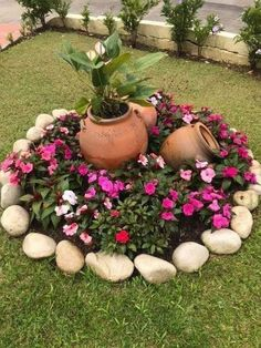 33 creative spring flowers ideas to your garden design 9 - Garden Decor Ideas Garden Yard Ideas, Garden Crafts, Garden Projects, Garden Art, Small Round Garden Ideas, Patio Ideas, Small Gardens, Outdoor Gardens, Small Yard Landscaping