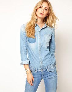 Джинсовая рубашка  — совершенно универсальная и невероятно удобная вещь, которую можно надеть как и на прогулку, учебу, так и на свидание или собеседование, правильно подобрав её к Вашему образу и дополнив  аксессуарами. А в подтверждение тому, что джинсовые рубашки могут представлять  не только уличный стиль, но и быть романтичным элементом Вашего лука, мы подобрали 12 женских рубашек из денима для любого случая и события в жизни.