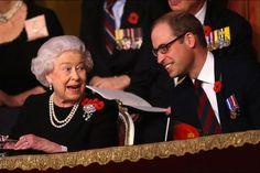 Elizabeth II et son petit-fils, le prince William, plus complices que jamais, le 7 novembre 2015