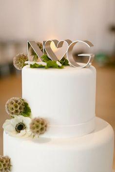 Topo de bolo de casamento com iniciais dos noivos.