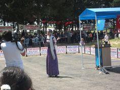 Adana-Ceyhan Kırım Türkleri Derneği'nin düzenlediği tebreç(bahar şenliği) programında Afize Yusufqızı şarkı söylerken.