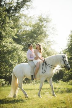 Horseback Riding Engagement Photos | photography by http://aislinnkate.com/