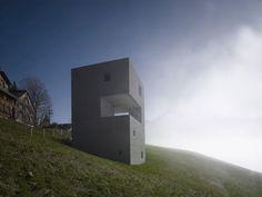 Cette habitation familiale de quatre étages qui sert de maison de vacances, est située au beau milieu des pistes de ski dans une station en