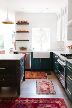 Stylishly Cozy Boho Kitchen Decor Inspirations For a Trendy Home Eclectic Kitchen, Boho Kitchen, Kitchen Rug, Kitchen Colors, New Kitchen, Kitchen Decor, Kitchen Wood, Kitchen Backsplash, Kitchen Cupboards