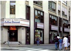 [ 90 ans de création française ] Dans les années 80, les magasins Arthur Bonnet arborent des devantures dont les carreaux rouges et blancs sont en lien avec le logo de la marque, comme ici à Nantes. Comme, Street View, Red Tiles, Red And White, Shops