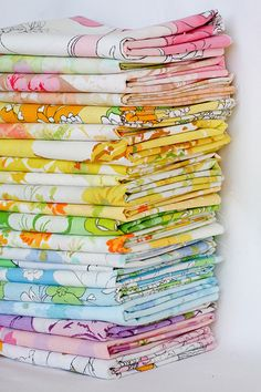 Useful info about identifying vintage sheets and using them in quilting or other sewing projects. I love vintage sheets! Motif Vintage, Look Vintage, Retro Vintage, Vintage Ideas, Vintage Beauty, Vintage Floral, Vintage Sheets, Vintage Fabrics, Vintage Bedding