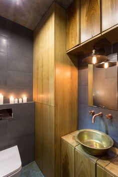 Een stoer appartement met super comfy hangmat in de woonkamer - Roomed