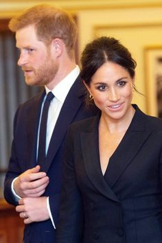 Meghan Markle knows how to make an entrance. Markle and Prince Harry stepped out today for a date night and the look she wore to it is already iconic. Prinz Harry Meghan Markle, Harry And Megan Markle, Meghan Markle Prince Harry, Prince Harry And Megan, Harry And Meghan, Estilo Meghan Markle, Meghan Markle Style, Meghan Markle Hair, Meghan Markle Wedding Dress
