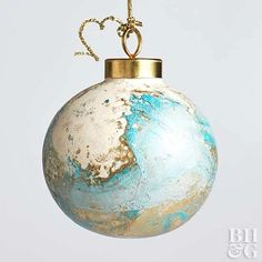 DIY Marbleized Ornament: All it takes to create these painted ornaments is a quick dip. Adding spray pain to water results in a fun swirled pattern that pops when hung on the tree. Clear Glass Ornaments, Painted Ornaments, Handmade Ornaments, Ornaments Ideas, Glitter Ornaments, Ornaments Design, Beaded Ornaments, Christmas Ornaments To Make, Christmas Tree Themes