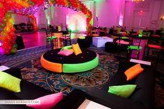 Fiesta lounge con temática de neón para quinceañeras. #FiestaDeQuince