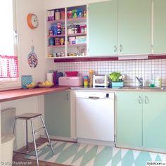 When you speak about various designing styles for your kitchen, the thing that arrives to your brain is the retro kitchen style. Vintage Kitchen, New Kitchen, Cute Kitchen, 1950s Kitchen, Green Kitchen, Beautiful Kitchen, Diy Kitchen Decor, Interior Design Kitchen, Kitchen Ideas