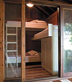 Todos os cômodos têm portas de correr com telas mosquiteiras. Abertas, elas integram os ambientes no projeto de Olga Bergamini.