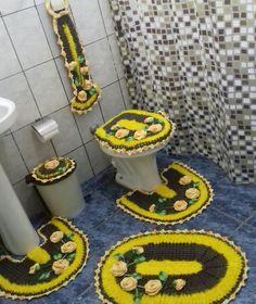 Jogo de banheiro floral Bathroom Sets, Diy Storage, Crochet Necklace, Kids Rugs, Towels, Restroom Decoration, Crochet Carpet, Knitting And Crocheting, Farmhouse Rugs