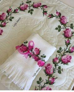 @leylaetaminhavlu . . #etaminhavlu #etamın #elemeği #etaminseccade #etaminseccademodelleri #elemeğigöznuru #kanaviçe #kanaviçehavlu… Plastic Canvas, Stencils, Cross Stitch, Embroidery, My Favorite Things, Wallpaper, Handmade, Crafts, Towel Bars