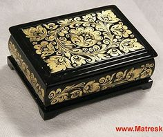 antique vintage Linden wood box with gold foil decoration, 10 x 7 cm. Painted Wooden Boxes, Wood Boxes, Hand Painted, Décor Antique, Antique Boxes, Objets Antiques, Cigar Box Art, Jewellry Box, Metal Embossing