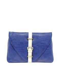 Tasche im Clutch-Design von ASOS Collection. Rechteckige Kuverttasche in Lederoptik mit farblich abgesetztem Zierriemen mit Schnalle und Reißverschluss-Innenfach.