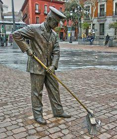 Estatua de un barrendero en la Plaza de Jacinto Benavente de Madrid (España).