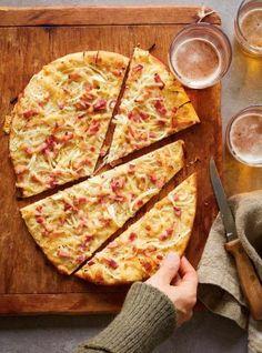 Alsatian Pizza with Gruyere (Flammekueche) Wheat Pizza Dough, Whole Wheat Pizza, Food Processor Pizza Dough, Food Processor Recipes, Perfect Pizza, Good Pizza, Pate Pizza Ricardo, Lorraine Recipes, Pizza Recipes