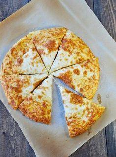 A sajtos finomságok nálunk hatalmas kedvencek, ezért gyakran készítettem pogácsát, amíg nem próbáltuk ki ezt a receptet. Sokkal finomabb, bármilyen más sajtos süteményél! Nagy adag lesz belőle és ami a legjobb, hogy duplán sajtos, mert nem csak a töltelék sajtos, a tetejét is megszórjuk vele. Hozzávalók: 150 ml meleg víz,[...]