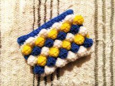 ポコポコポーチ アクリル毛糸で編むポコポコポーチ!! 編み方はこちらのブログ!! なつさんブログ 以前オフ会の際にも教えて頂きました!!ほんとに、作品も人物も素敵な!素敵な!方です〜〜。。 インスタライブをyoutubeにUPしてくれている内容もあります!! この、いちごちゃんポーチの 身の部分とヘタ部分を同じ色で編み、(2段で1セット) 2段ごとに色を変えました! 4色バージョン 3色バージョン ラストの部分は4色の方は長編み 3色の方は細編み3段です。 ファスナーを縫い付けてもいいし、こちらは ボタンにしてみましたよ!! 慣れてくると1時間くらいで完成します。 色んな色の組み合わせを考えると、、止まらない〜〜。。 瓶を持ち歩く事が多いんですが、バッチリカバーしてくれます!! ついつい白をいれてしまう。。なんでだろ。 保存保存