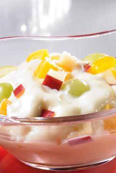 Ein cremiges Dessert mit gemischtem Obst