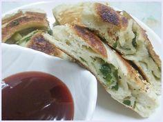 煎好的芝麻蔥花大餅,麵皮的香、脆,裡面麵皮的嫩、蔥花的香甜 Ⓡ