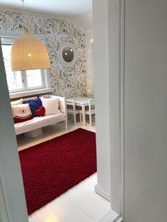 Lastenhuoneen sisustuksen punaisena lankana kukkatapetti ja IKEAn Leran rottinkivalaisin. #childrensroom #kidsroomdeco #floralwallpaper #interiorinspiration #oldhouse #ikearattanlamp #rottinkivalaisin #lastenhuone #lasteenhuoneensisustus