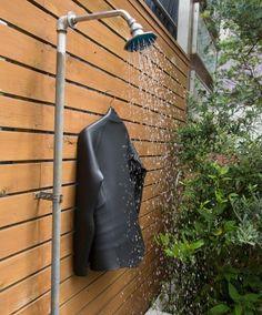 潮と砂を落とすためのシャワーが庭の一角に。