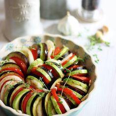 """En güzel mutfak paylaşımları için kanalımıza abone olunuz. http://www.kadinika.com #Repost @cafesmyrna with @repostapp.  Et tavuk balık  yada köfte  yanına güzel  gidecek kızartmadan  daha yağsız ama oldukça lezzetli """"sebze dizme"""" ikizlerden  birisi buna renkli pasta diyor  bazıları  ise #ratatouille   Sebze Dizme (2-3 kişilik) 1 Patlıcan  1 Kabak 2 Domates 3 diş Sarımsak ezilmiş  2 yemek kaşığı zeytinyağı  2 yemek kaşığı su 2.ad. soğan  1 tatlı kaşığı balcamic sirke Tuz karabiber taze kekik…"""