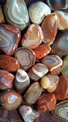 The physical and metaphysical properties of the mineral agate, including a few types of agate. Minerals And Gemstones, Crystals Minerals, Rocks And Minerals, Stones And Crystals, Stone Wallpaper, Nature Wallpaper, Beautiful Rocks, Mineral Stone, Colorful Wallpaper