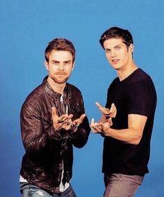 Nathaniel Buzolic & Daniel Sharman strike a pose together at BloodyNightCon 2016 in Barcelona Vampire Diaries Funny, Vampire Diaries Cast, Vampire Diaries The Originals, Daniel Sharman The Originals, The Originals Tv, Nathaniel Buzolic, Kol E Davina, Kol Mikaelson, Hello Brother
