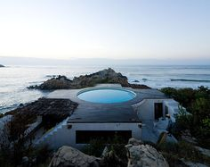 a beach house in Mexico barely higher than the rock it sits on, with a pool on the roof. The house was designed by Mexican artist Gabriel Orozco and built by architect Tatiana Bilbao. Swimming Pool Designs, Swimming Pools, Zara Home, Beachfront House, Rooftop Patio, Exotic Beaches, Architectural Photographers, Beautiful Pools, Beautiful Beach